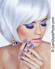 Maniküre Nägel und sinnliche Lippen. Blondes Frauenporträt. Weißer Kurzhaarstil. Professionelles Make-up. Fashion Beauty Foto