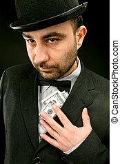 Mann in Anzug mit Dollar.