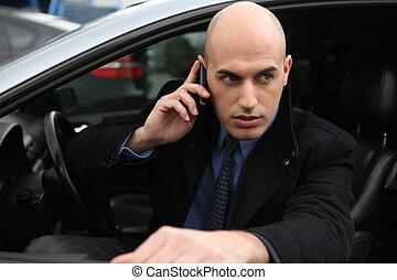 Mann mit Handy im Auto