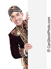 Mann mit traditionellem Anzug aus Java