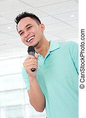 Mann spricht mit Mikrofon