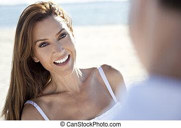 Mann und Frau lachen am Strand