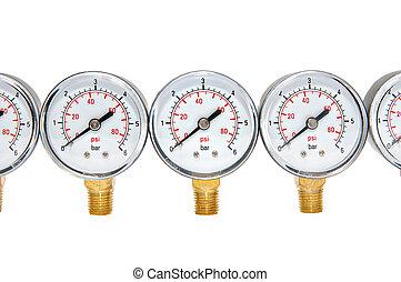 Manometer für Druckmessung auf weißem Hintergrund.