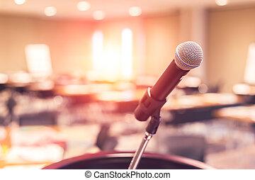 Mikrophon auf der Bühne im Raum.