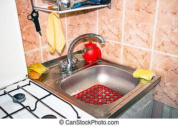 Mit Wasserhahn in der Küche.