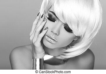 Mode-Blondinnen. Schöne Porträtfrau. Weißes, kurzes Haar. Schwarzweißfoto. Fringe. Vogue-Stil.