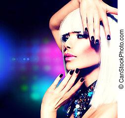 Mode-Disco-Party-Mädchen- Porträt. Lila Make-up und weiße Haare