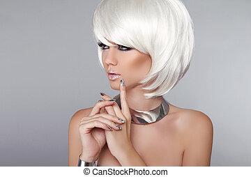 Mode-Schönheits-Mädchen. Blondes Frauenporträt. Schicke Frisur und Make-up. Frisur. Mach's gut. Weißes, kurzes Haar. Auf grauem Hintergrund isoliert. Vogue-Stil.