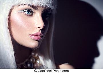 Model-Mädchen Portrait. Schöne Frau mit weißem Haar und Winter-Schminke