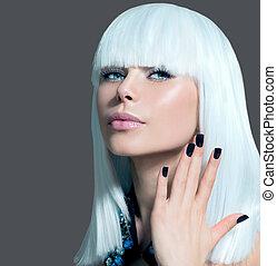 Modellporträt im Vogue-Stil. Mädchen mit weißen Haaren und schwarzen Nägeln
