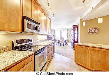 Moderne Küche mit Granitplatten und Insel.