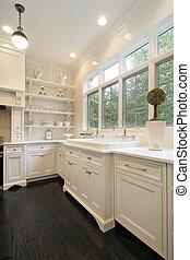 Moderne Küche mit weißem Schrank.