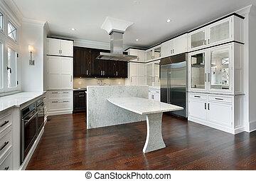 Moderne Küche mit weißem Schrank