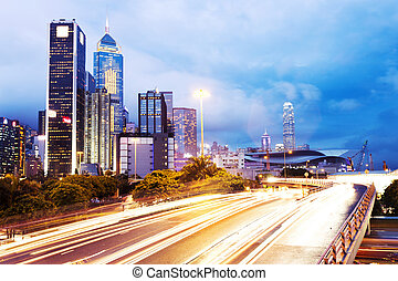 Moderne städtische Verkehrswege mit Stadtbild.