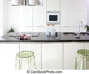 Moderne weiße Küche sauber Innendesign.