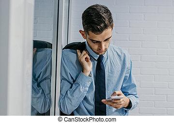 Moderner Geschäftsmann mit Handy