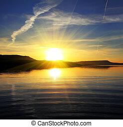 Morgenlandschaft am See mit Sonnenaufgang