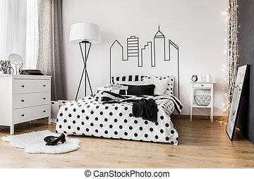 Morgens Chaos im Schlafzimmer der Frau.