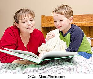 Mutter liest dem Jungen die Gutenachtgeschichte vor