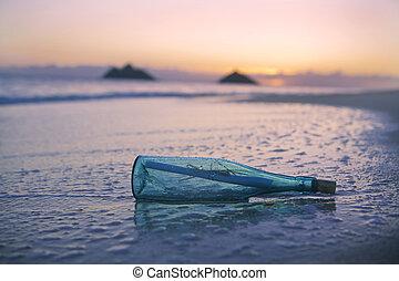 Nachricht in einer Flasche am Strand.