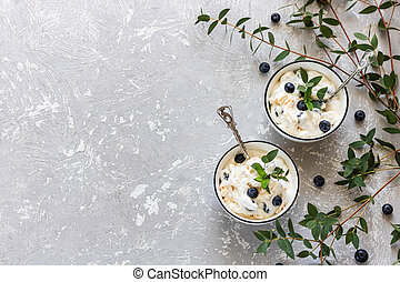 nachtisch, gemacht, leichte creme, sommer, meringen, gepeitscht, berries., frisch, masse, eaton