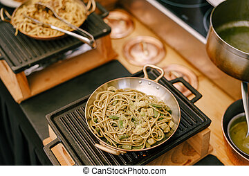 nahaufnahme, braten, cooking., spaghetti, während, kueche , gusseisen, kochherd, pfanne