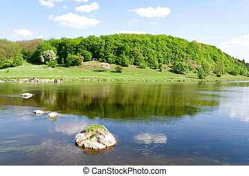 Natur. Der blaue Fluss im Sommer