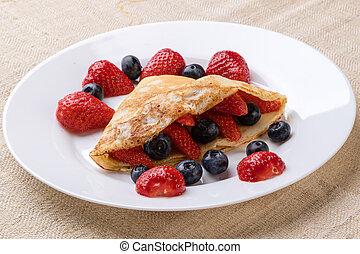 Obstkuchen auf weißem Teller.