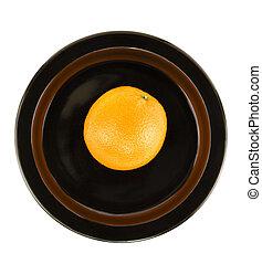 Orange isoliert auf Schwarz serviert