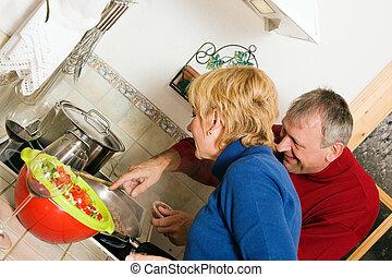 paar, kochen, älter, geschirr, kueche