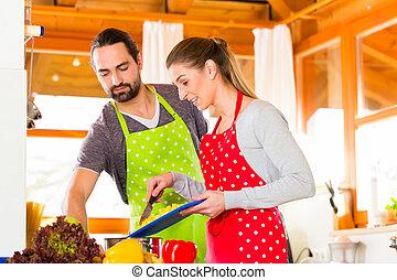 Paar Kochen in der Hausküche gesunde Lebensmittel.
