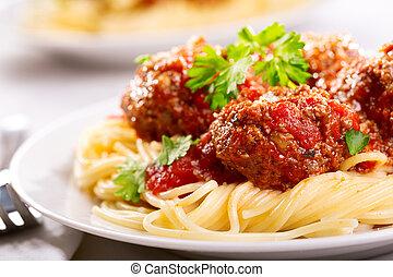 Pasta mit Fleischbällchen und Petersilie