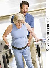 Physiotherapeutin mit Patient in Rehabilitation