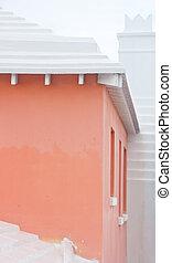 Pinker Stuck mit weißem Zementdach