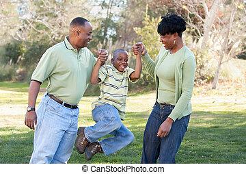 Playful afroamerikanischer Mann, Frau und Kind