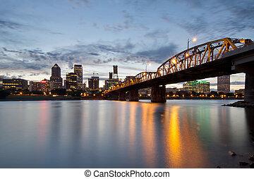 Portland Skyline und Hawthorne Bridge bei Sonnenuntergang