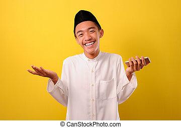 porträt, besitz, lächeln, mann, unten, entspanntes, aufenthalt, junger, beweglich, asiatisch, telefon, moslem, gelassen