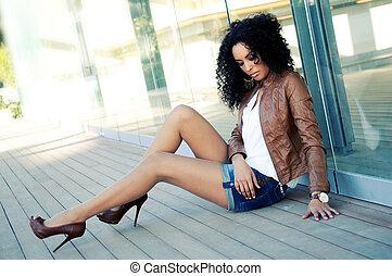Porträt einer jungen schwarzen Frau, Modemodell