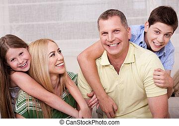 Portrait der reizenden Familie, die Spaß hat