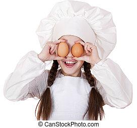 Portrait eines kleinen Mädchens in einer weißen Schürze mit zwei Hühnern.