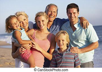 Portrait von drei Generationen Familie am Strandurlaub