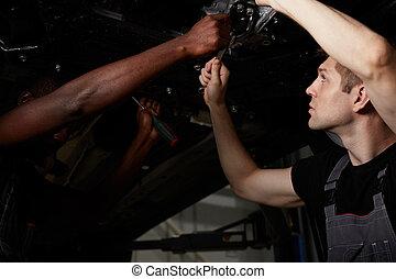 professionell, feundliches , mechaniker, auto, während, arbeit, zwei