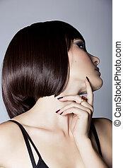 Profil einer schönen Frau mit kurzen Haaren.