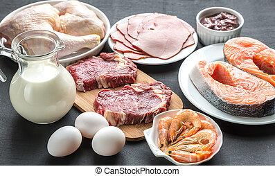 Proteindiät: Rohstoffe auf dem Holzhintergrund.
