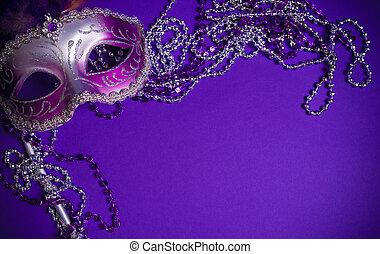 Purpur Mardi-Gras oder venezianische Maske auf violettem Hintergrund