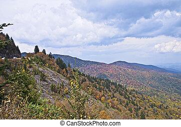 Rauchige Berge Anfang Herbst