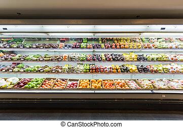 Regal mit Früchten im Supermarkt.