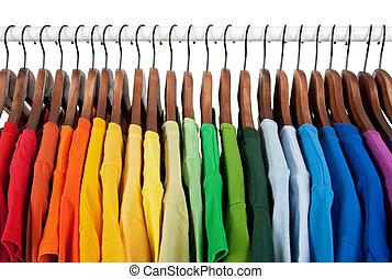 Regenbogenfarben, Kleider auf Holzbügeln