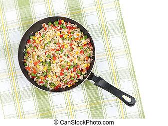 Reis mit gemischtem Gemüse in einer Pfanne