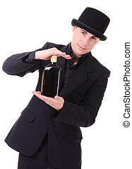 Retro-Sylish man in schwarzem Anzug mit einer Flasche Drink